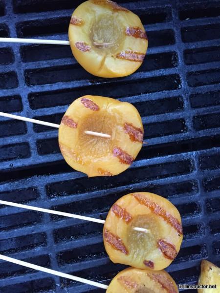 Beschwipstes Früchte-Zweierlei mit Limetten- Mascarpone und -Joghurt ganiert mit Mandeln und Schokosplittern (1)