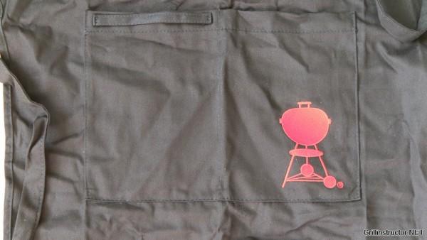 Weber Grillschürze mit rotem Kettle Grill im Test (6477)